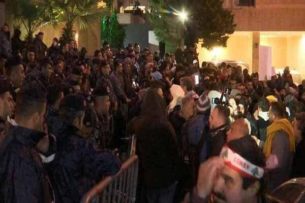 تجمع معترضان لبنانی مقابل خانه نخست وزیر برای عدم تشکیل کابینه